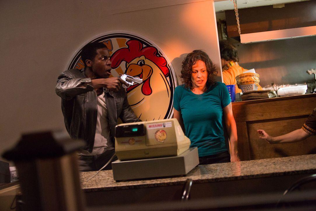 Unter Todesangst öffnet Mary (Kate J. Fenton, r.) die Kasse als Darnell (Bradley Gordon, l.) und seine Freunde die Mitarbeiter des Fast Food Restaur... - Bildquelle: Darren Goldstein Cineflix 2014