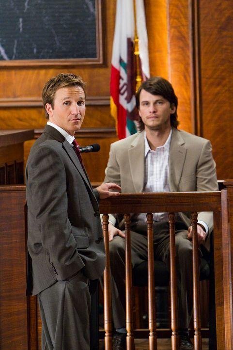Anwalt Jared Franklin (Breckin Meyer, l.) verteidigt den Vater von Colin (Charlie Finn, r.) und Greg Morrow. Die beiden Söhne versuchen, in den Besi... - Bildquelle: 2011 Sony Pictures Television Inc. All Rights Reserved.
