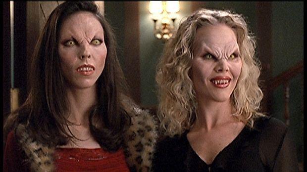 Darla (Julie Benz, r.) wurde durch Drusilla (Juliet Landau) wieder zum Vampir...