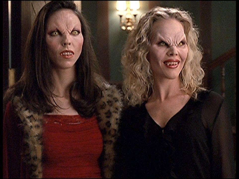 Darla (Julie Benz, r.) wurde durch Drusilla (Juliet Landau) wieder zum Vampir. Nun treiben sie wie in alten Zeiten ihr Unwesen. - Bildquelle: TM +   2000 Twentieth Century Fox Film Corporation. All Rights Reserved.