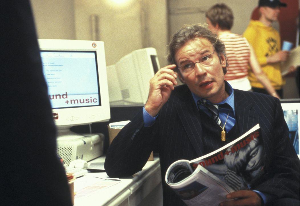 Eines Tages muss der Chefredakteur (Leander Haussmann) erleben, dass sein schnöseliger Musik-Kritiker Ben einen saftigen Schlag ins Gesicht erhält... - Bildquelle: Concorde Filmverleih GmbH