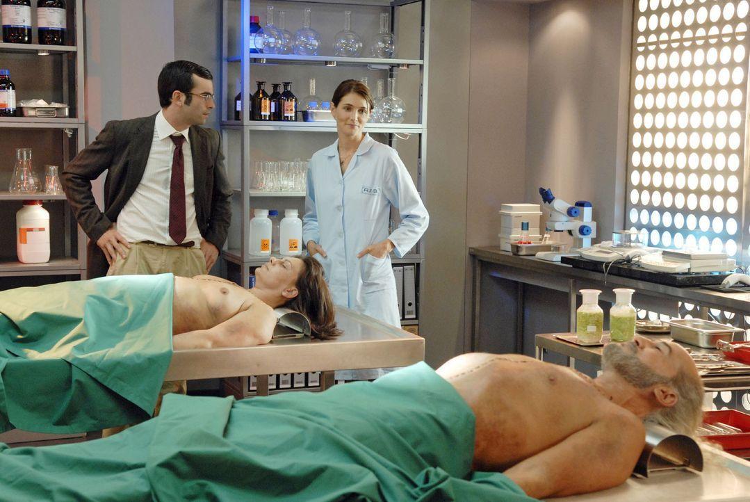 Dr. Stefanie Peters (Nicole Marischka, 2.v.r.) berichtet Marcus (Mathis Künzler, l.), dass beide Leichen (Heike Mennigen, 2.v.l.; Kemal Zeriat, r.)... - Bildquelle: Christoph Assmann Sat.1