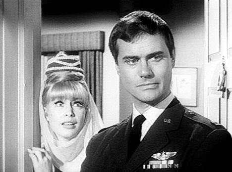 Bezaubernde Jeannie - Tony (Larry Hagman, r.) hat seine Jeannie (Barbara Eden...