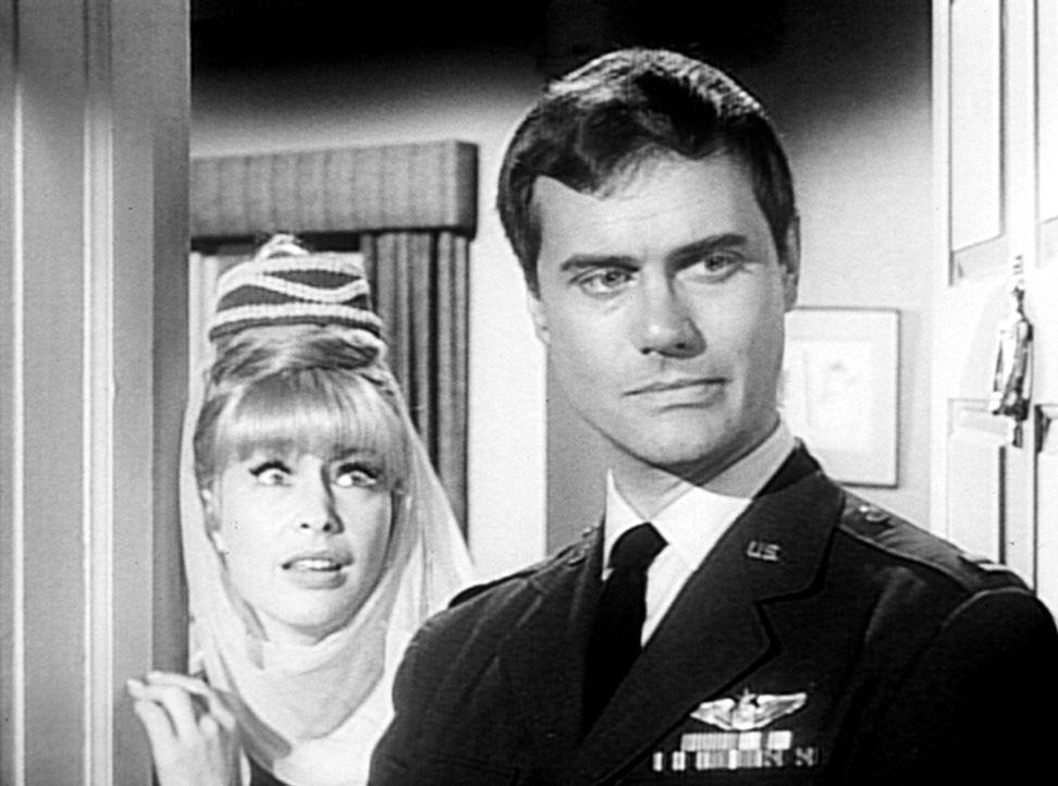 Tony (Larry Hagman, r.) hat seine Jeannie (Barbara Eden, l.) schwören lassen, ihm nicht mehr durch ihre Zauberkraft zu helfen. - Bildquelle: Columbia Pictures