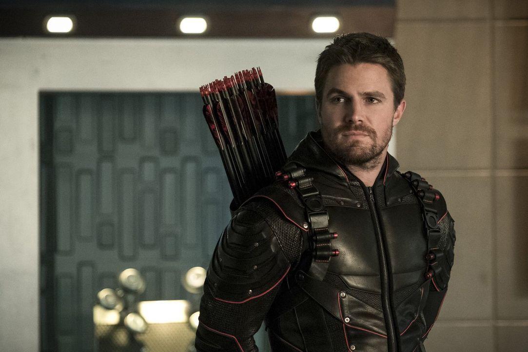 Während Oliver alias Dark Arrow (Stephen Amell) auf Erde 1 alles daransetzt, seine geliebte Kara zu retten, versucht Oliver auf Erde X die Nazi-Basi... - Bildquelle: 2017 Warner Bros.
