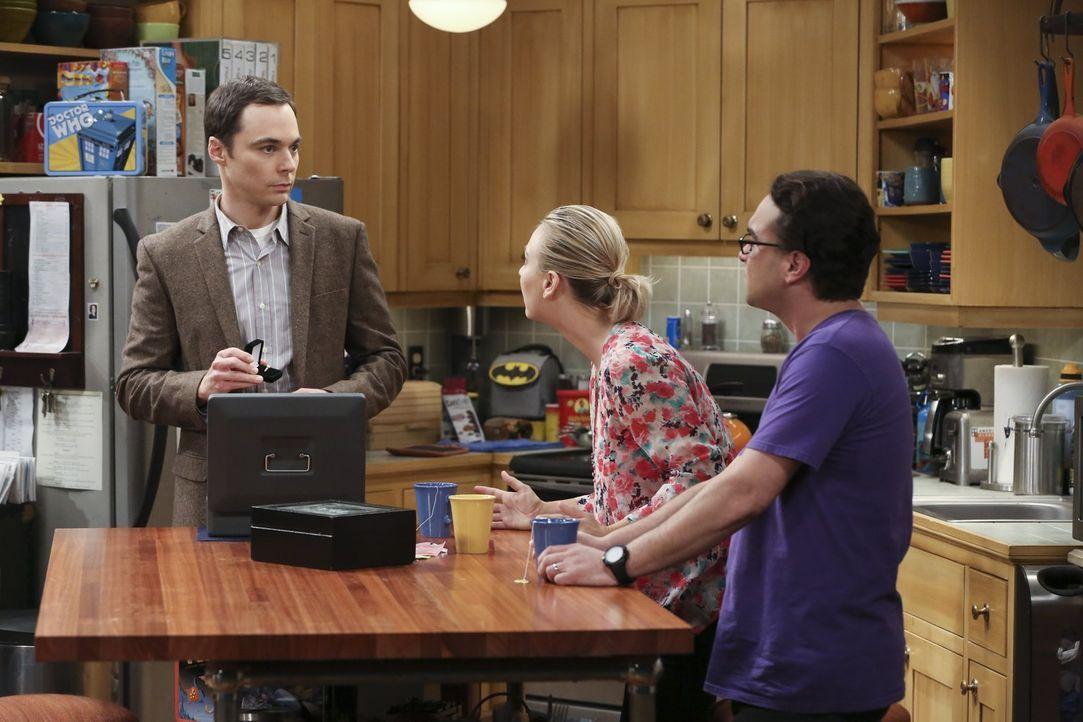 Penny (Kaley Cuoco, M.) und Leonard (Johnny Galecki, r.) verfolgen gespannt Sheldons (Jim Parsons) Interview mit Adam Nimoy, was aber nicht an dem W... - Bildquelle: 2015 Warner Brothers