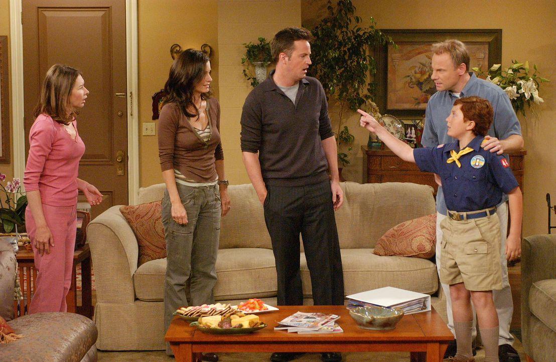 Monica (Courteney Cox, 2.v.l.) und Chandler (Matthew Perry, M.) besuchen das Ehepaar Colleen (Kellie Waymire, l.) und Bill (Jim Meskimen, 2.v.r.), d... - Bildquelle: 2003 Warner Brothers International Television