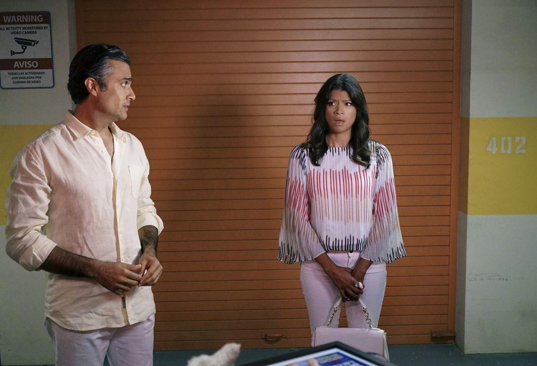 Während Rafaels Schwester um ihr Leben fürchtet, hilft Xo (Andrea Navedo, r.) Rogelio (Jaime Camil, l.) sich seiner Vergangenheit zu stellen ... - Bildquelle: Danny Feld 2015 The CW Network, LLC. All rights reserved.