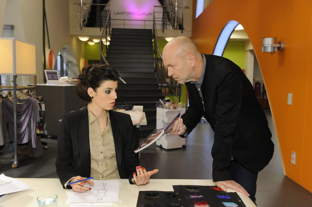 Carla (Sarah Mühlhause, l.) gerät immer mehr in Brunos (K. Dieter Klebsch, r.) Fadenkreuz, da sich jetzt auch noch herausstellt, dass die Presse f... - Bildquelle: SAT.1