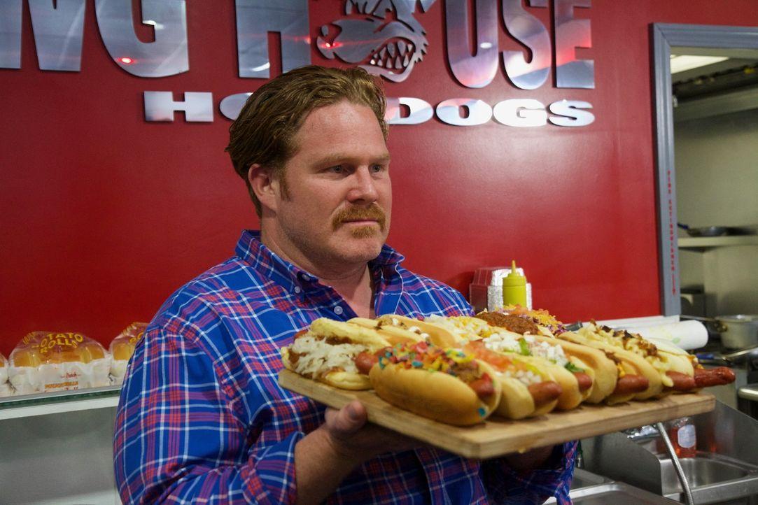 """Bei der """"Dawg House Challenge"""" werden per Zufall zwölf verschiedene Hot Dogs ausgewählt, die Casey in weniger als 30 Minuten besiegen muss. Doch ist... - Bildquelle: 2017,The Travel Channel, L.L.C. All Rights Reserved."""