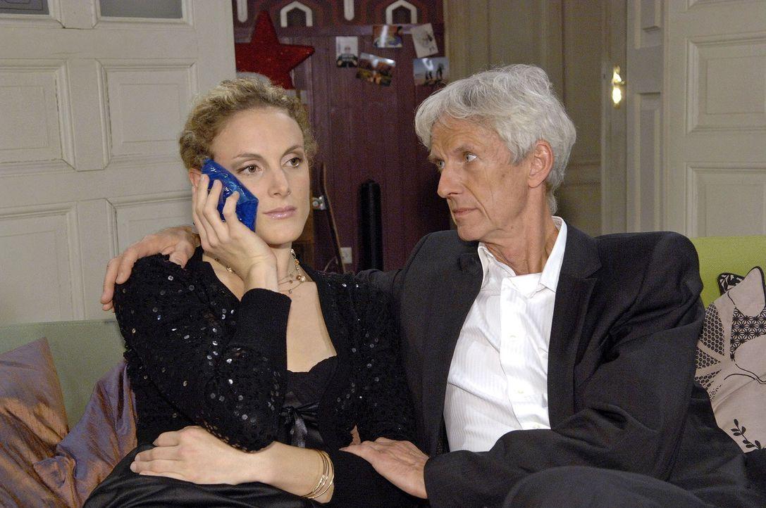 Nach dem Eklat um Natascha kümmert sich Robert (Mathieu Carrière, r.) besorgt um Maja (Barbara Lanz, l.). - Bildquelle: Claudius Pflug Sat.1