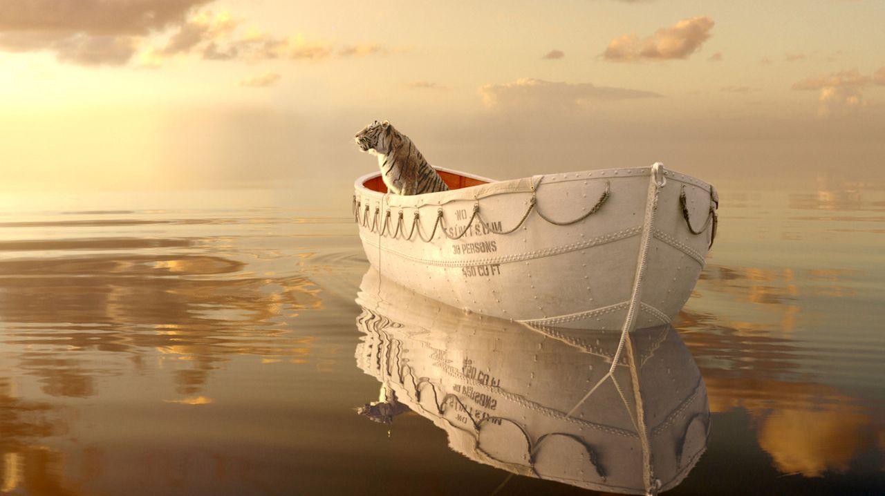 Eine Katastrophe führt dazu, dass Pi Patel, Sohn eines indischen Zoodirektors, wochenlang mitten auf dem Ozean in einem Rettungsboot dahintreibt. Di... - Bildquelle: 2012 Twentieth Century Fox Film Corporation. All rights reserved.