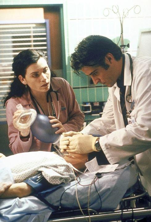 Hathaway (Julianna Margulies, l.) und Dr. Kovac (Goran Visnjic, r.) beleben die Krebspatientin Sheila wieder. - Bildquelle: TM+  2000 WARNER BROS.