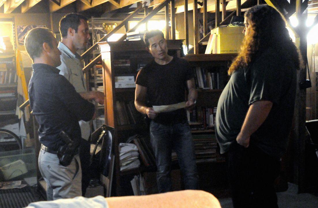 Um einen neuen Fall zu lösen, bitten Steve (Alex O'Loughlin, 2.v.l.), Danny (Scott Caan, l.) und Chin (Daniel Dae Kim, 2.v.r.) Jerry Ortega (Jorge G... - Bildquelle: 2013 CBS BROADCASTING INC. All Rights Reserved.