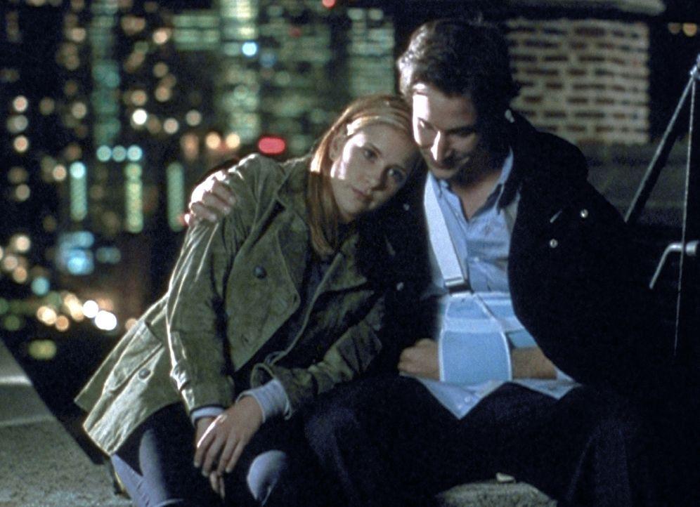 Carter (Noah Wyle, r.) und Lucy (Kellie Martin, l.) versuchen privat, einen wichtigen Blutspender zu finden, und kommen sich dadurch näher. - Bildquelle: TM+  2000 WARNER BROS.
