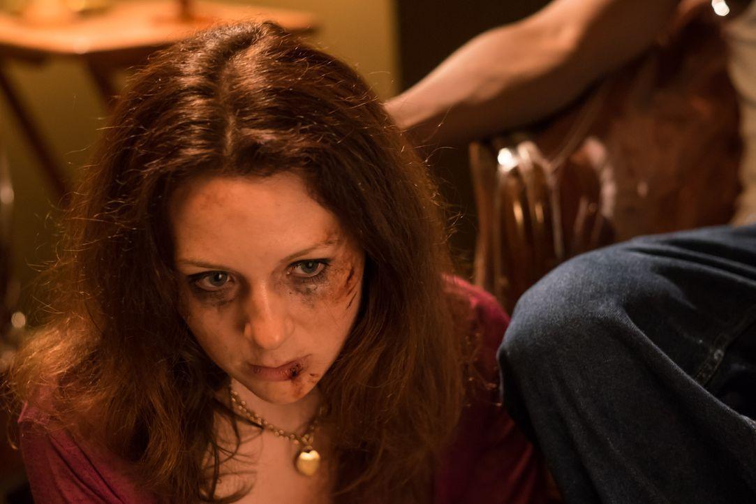 Sechs Männer nutzen Melissas (Cydney Penner) Notlage, nach einer Autopanne aus, entführen sie und vergewaltigen sie stundenlang abwechselnd - schlie... - Bildquelle: Darren Goldstein Cineflix 2015