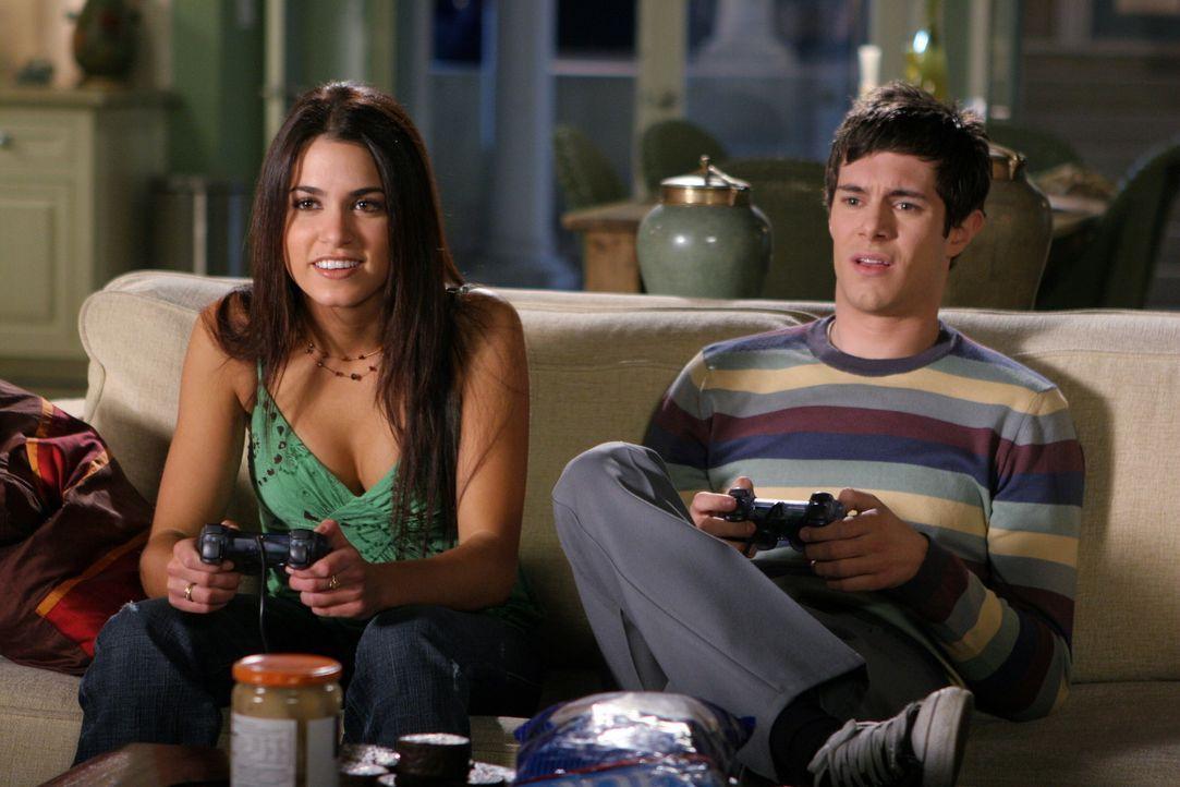 Während sich Marissa total einsam fühlt, verbringen Summer, Ryan, Seth (Adam Brody, r.) und Sadie (Nikki Reed, l.) einen schönen Abend miteinande... - Bildquelle: Warner Bros. Television