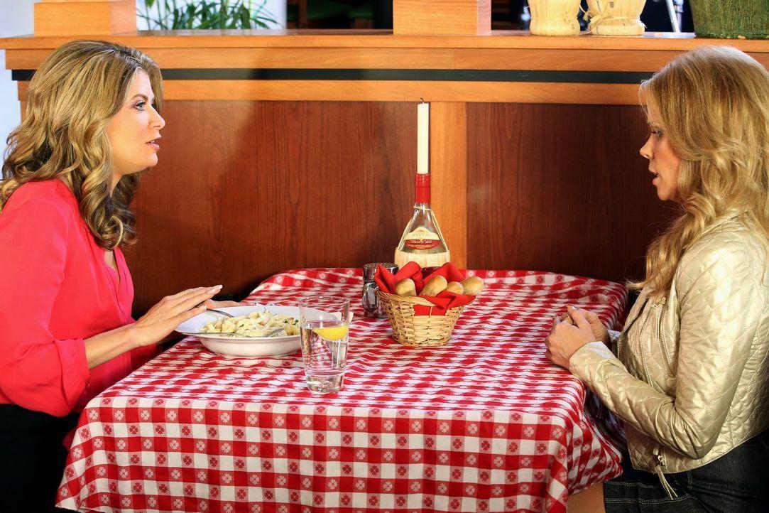 Als George das Geburtstagsgeschenk von Dallas (Cheryl Hines, r.) im Restaurant vergisst, ist Dallas enttäuscht und sucht Trost in Kohlenhydraten und... - Bildquelle: Warner Brothers
