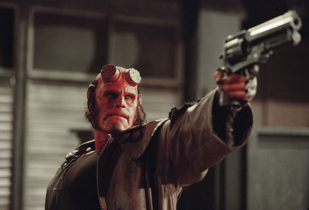 Eigentlich ist Hellboy (Ron Perlman) ein Dämon, der einst im Auftrag von den Nazis beschworen wurde. Da er aber auf der Erde von Professor Trevor B... - Bildquelle: Sony Pictures Television International. All Rights Reserved.
