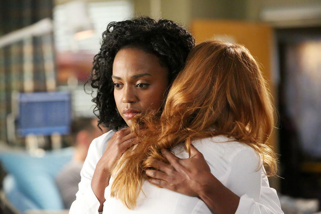 Aus Mitleid für Aprils ungeborenes Baby sind Stephanies (Jerrika Hinton, l.) Rivalitäten gegenüber der Ärztin (Sarah Drew, r.) vergessen. Dennoch ka... - Bildquelle: ABC Studios