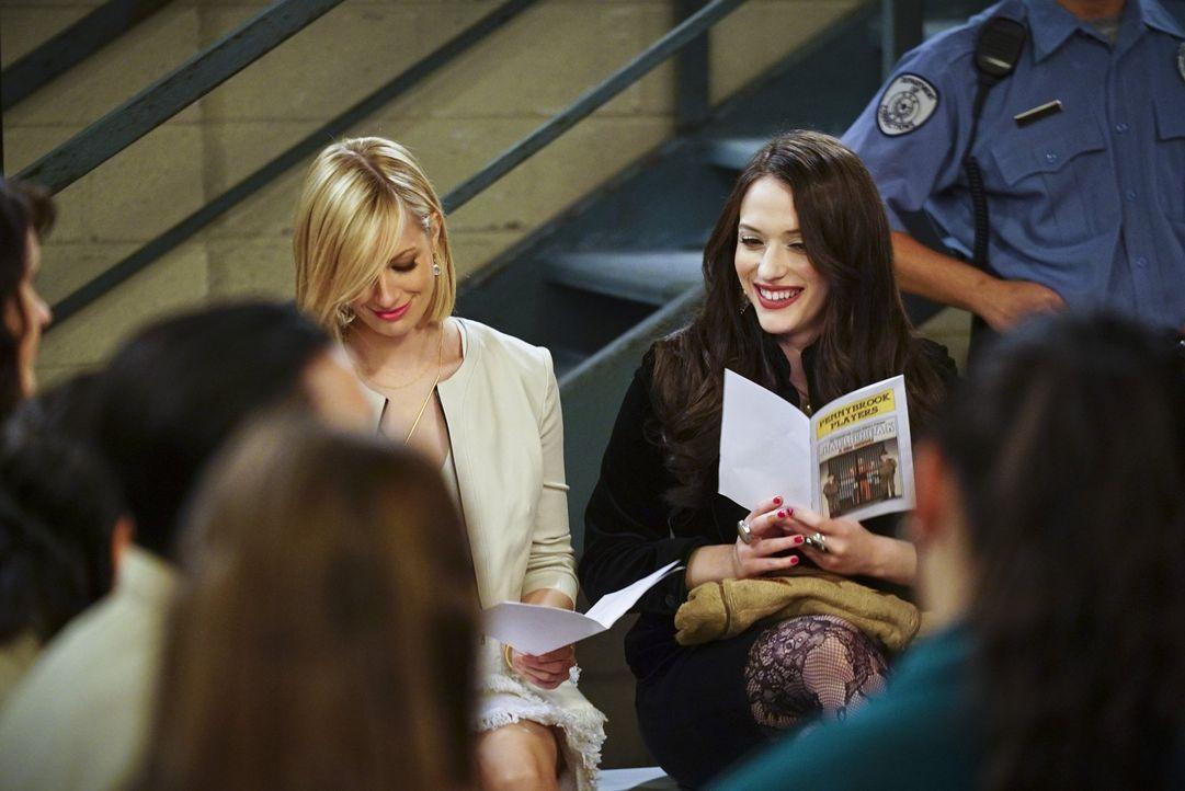 Als Caroline (Beth Behrs, l.) und Max (Kat Dennings, r.) Carolines Vater Martin im Gefängnis besuchen, um seiner Musicalaufführung beizuwohnen, erzä... - Bildquelle: 2016 Warner Brothers