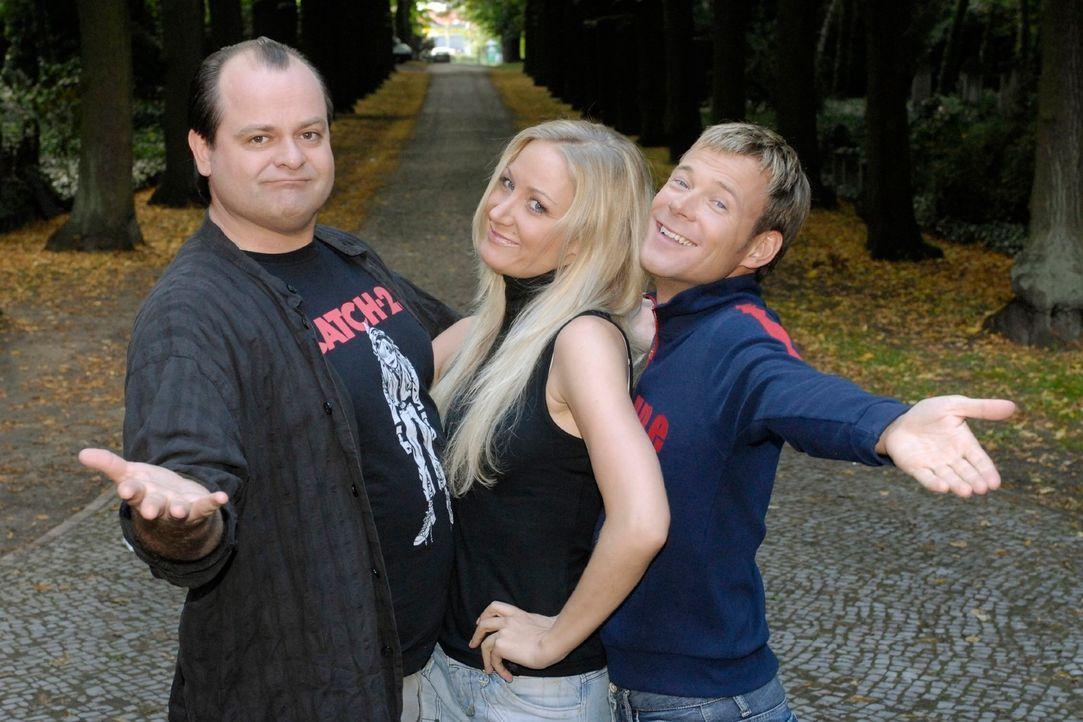 Markus Majowski (l.) und Mathias Schlung (r.) präsentieren ihre neue Kollegin Janine Kunze (M.). - Bildquelle: Max Kohr Sat.1