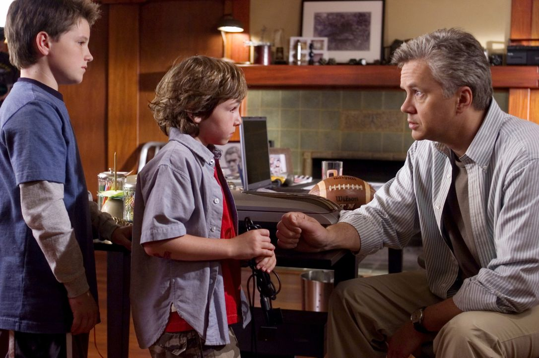 Als ihr Vater (Tim Robbins, r.) das Haus verlässt, stöbern Danny (Jonah Bobo, M.) und Walter (Josh Hutcherson, l.) im Keller herum, wo sie auf das... - Bildquelle: Sony Pictures Television International. All Rights Reserved.