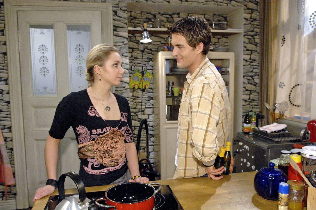 Lars (Alexander Klaws, r.) und Lily (Jil Funke, l.) versöhnen sich wieder. - Bildquelle: Claudius Pflug Sat.1