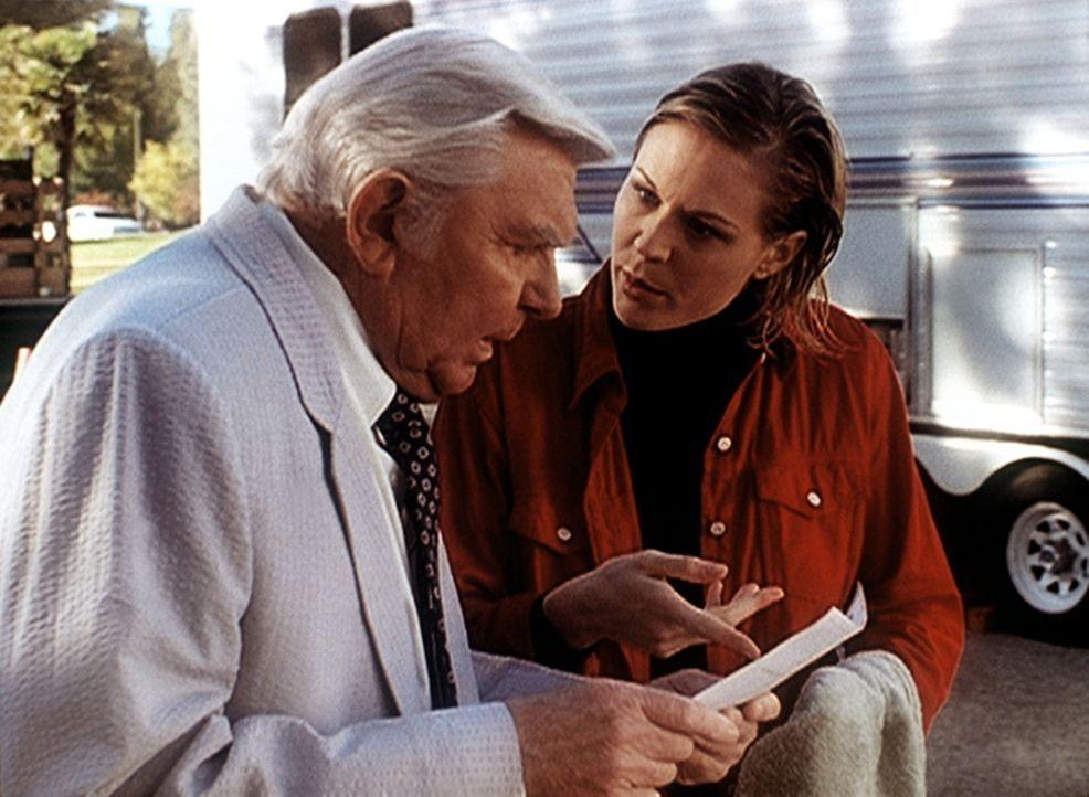 Der Anwalt Matlock (Andy Griffith, l.), der auf der Suche nach dem Mörder des Arztes Spindler ist, hat einige Fragen an die Stuntfrau Debbie (Jennif... - Bildquelle: Viacom
