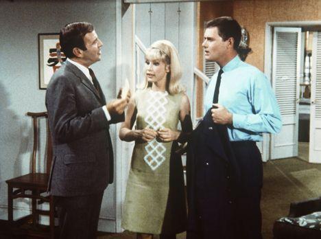 Bezaubernde Jeannie - Jeannie (Barbara Eden, M.) hat dem Steuerbeamten Huggin...