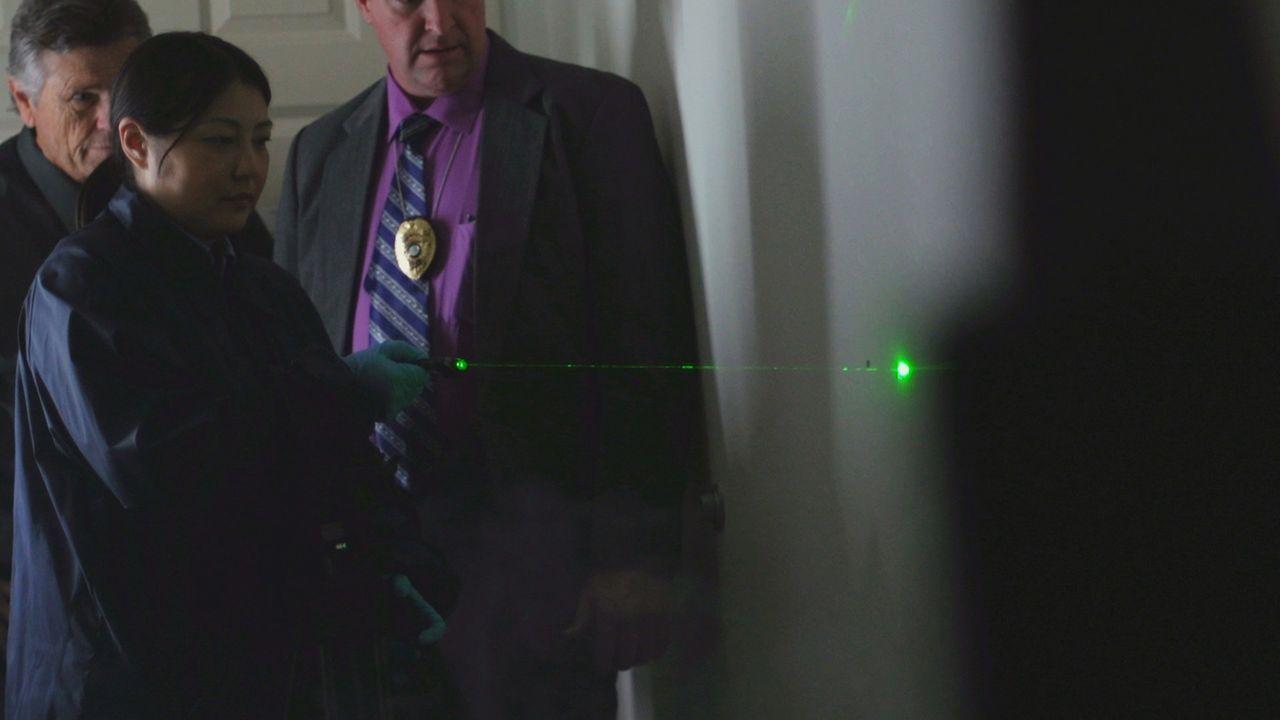 Weder in seinem Zimmer noch auf der Leiche von Greg Fleniken sind Spuren zu erkennen, die darauf schließen lassen, dass er eines gewaltsamen Todes s... - Bildquelle: LMNO Cable Group