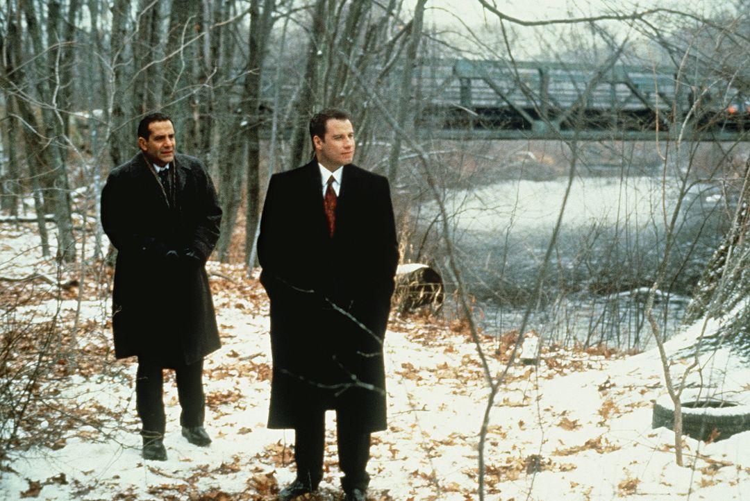 Das ungeheure Leid der betroffenen Eltern setzt Jan Schlichtmann (John Travolta, r.) gewaltig zu. Mit Kevin Conway (Tony Shalhoub, l.) sucht er den... - Bildquelle: Paramount Pictures