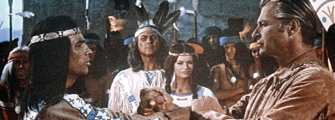 Brüderschaft: Nachdem Winnetou (Pierre Brice, r.) erkennt, wer sein unbekannter Retter ist, wird Old Shatterhand (Lex Barker, l.) zu seinem treuen... - Bildquelle: Columbia Pictures
