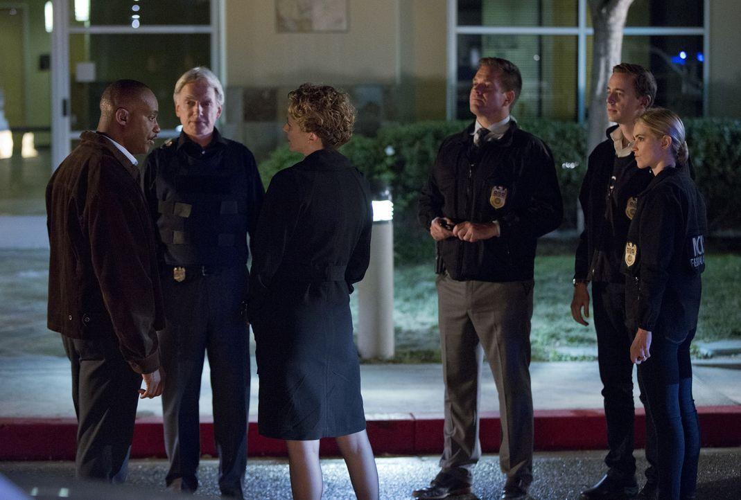 SecNav Sarah Porter (Leslie Hope, 3.v.l.) droht Vance (Rocky Carroll, l.) mit Entlassung. Doch wird es das Team um Gibbs (Mark Harmon, 2.v.l.), Tony... - Bildquelle: Monty Brinton CBS Television