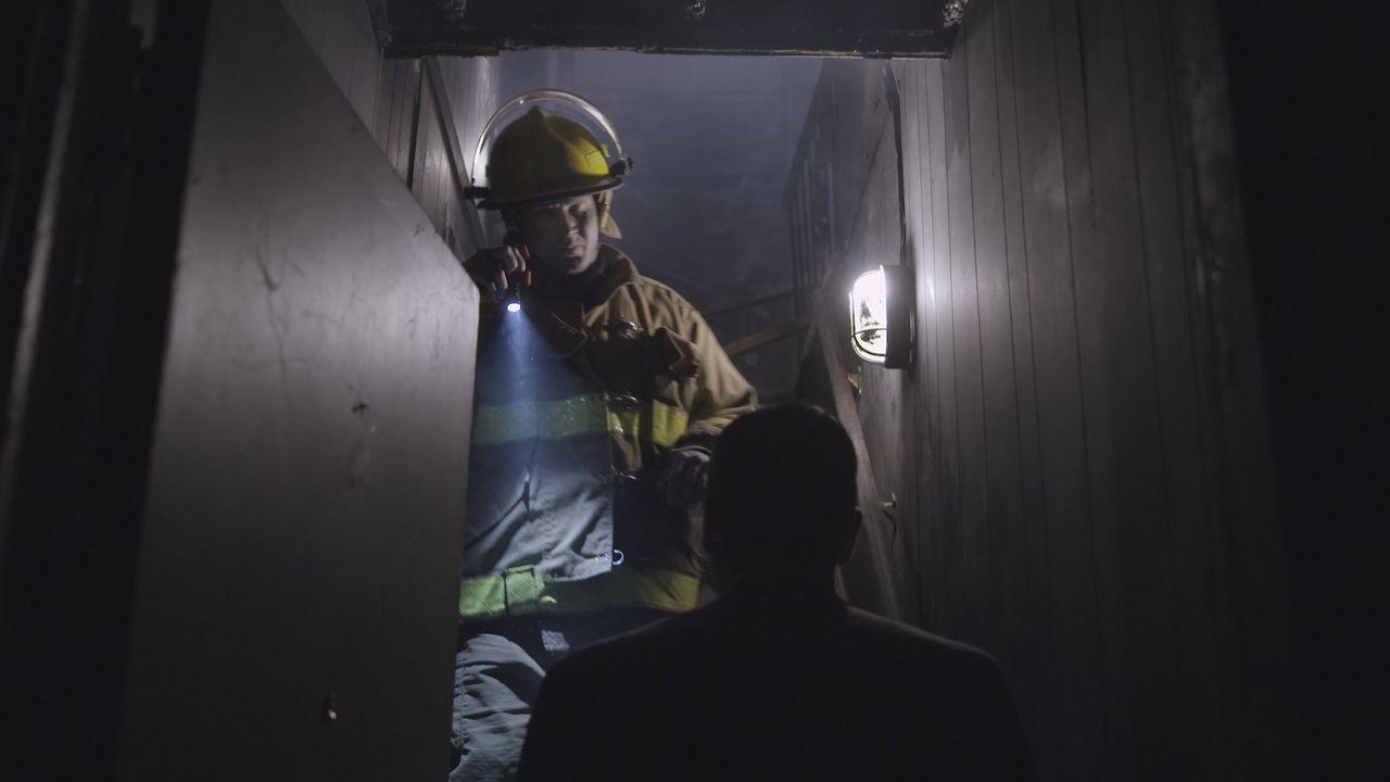 In den Trümmern des abgebrannten Hauses finden die Rettungskräfte eine verkohlte Leiche. Kann Lt. Joe Kenda (Carl, Marino, vorne) den Brandstifter u... - Bildquelle: Jupiter Entertainment