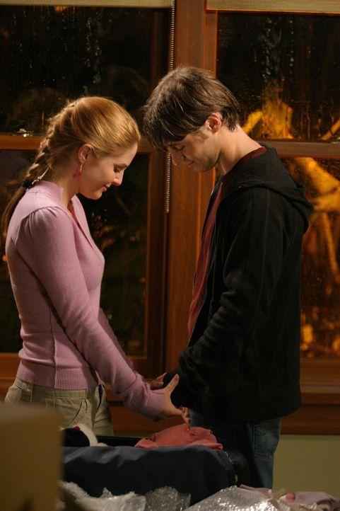 Eine bange Stunde erwartet Ryan (Benjamin McKenzie, r.) und Lindsay (Shannon Lucio, l.) ... - Bildquelle: Warner Bros. Television