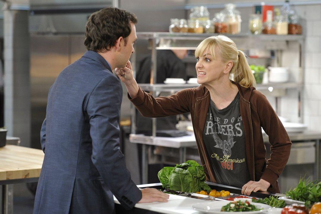 Christy (Anna Faris, r.) kann es nicht fassen: Gabriel (Nate Corddry, l.) hat die Blumen, die Adam bei ihm für sie abgegeben hat, seiner Frau gesche... - Bildquelle: Warner Brothers Entertainment Inc.