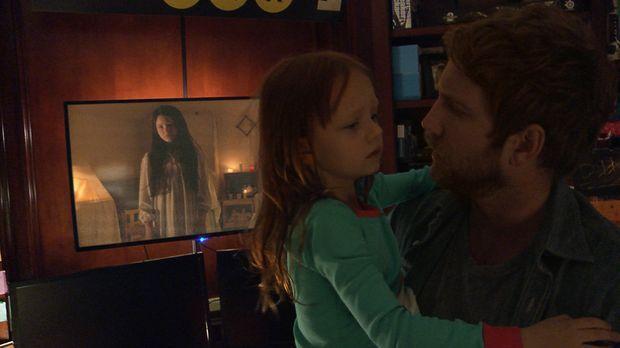 Noch wissen Ryan (Chris J. Murray, r.) und seine Tochter Leila (Ivy George, M...