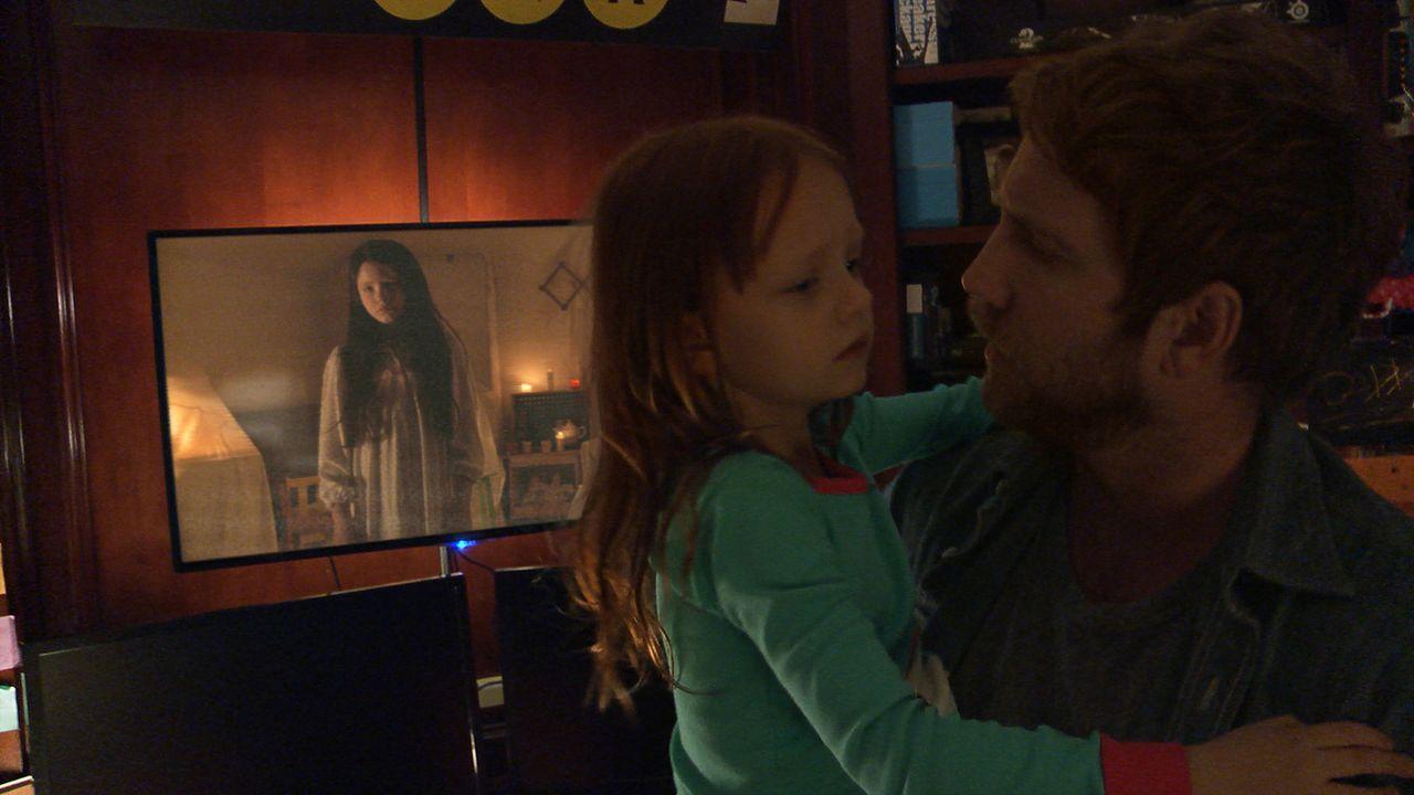 Noch wissen Ryan (Chris J. Murray, r.) und seine Tochter Leila (Ivy George, M.) nicht, dass sie schon bald Opfer des Dämons werden, der einst Katie... - Bildquelle: 2015 Paramount Pictures.