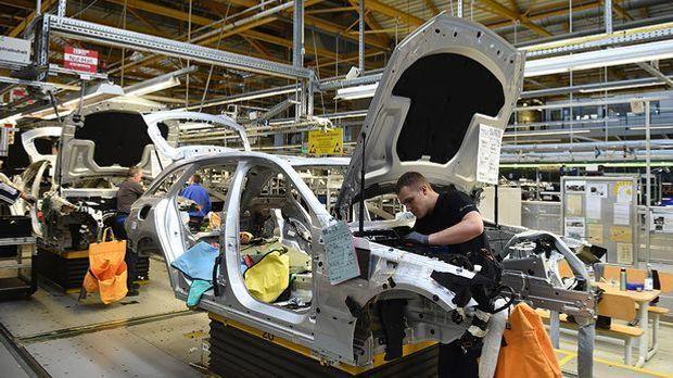 Mercedes-Mitarbeiter im Werk in Bremen