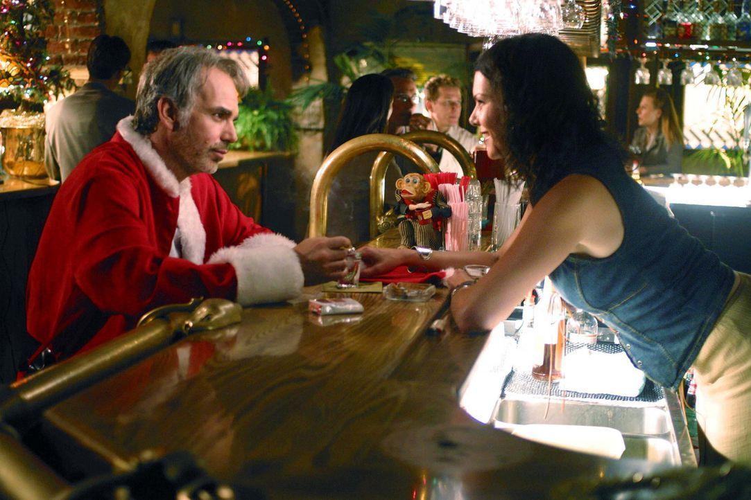 Stokes  (Billy Bob Thornton, l.) ist nicht gerade der perfekte Weihnachtsmann: Er trinkt, flucht und schreit mit Vorliebe die Kinder an, bis er auf... - Bildquelle: 2006 Sony Pictures Television International.