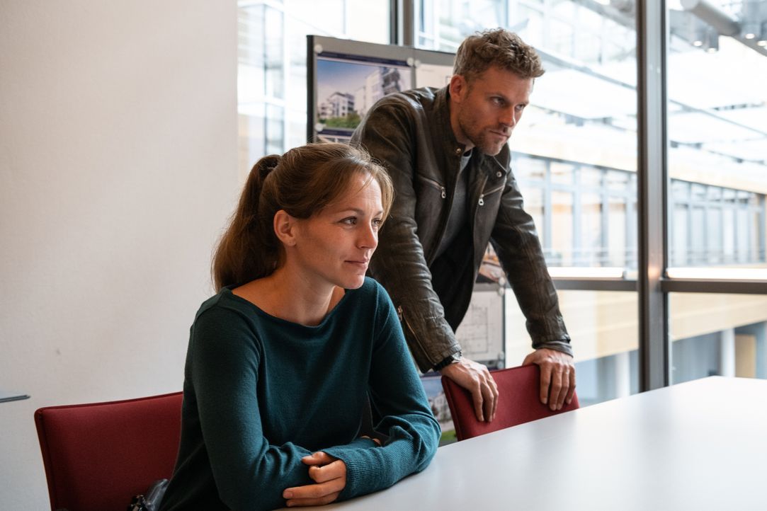 Caro Belzig (Franziska Wulf, l.); Elias Decker (Jens Atzorn, r.) - Bildquelle: Christoph Assmann SAT.1/Christoph Assmann