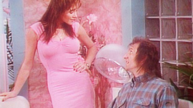 Die attraktive Haarstylistin Murphy (Charlie, l.) klärt den entsetzten Al (Ed...