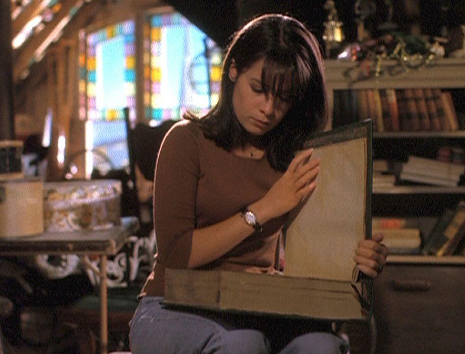 Piper (Holly Marie Combs) blättert im Buch der Schatten ... - Bildquelle: Paramount Pictures