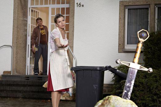 Ladykracher - Daniela (Anke Engelke, r.) fordert ihren Mann Oli (Holger Stock...