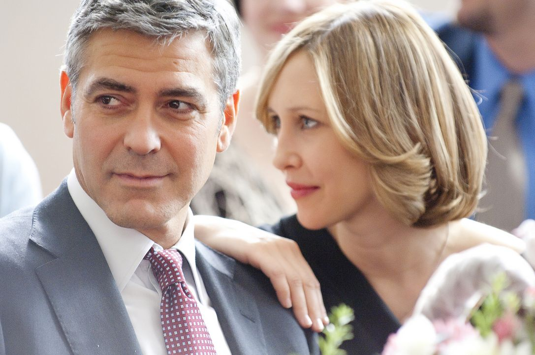 Auf einem seiner Flüge lernt Ryan (George Clooney, l.) eine Seelenverwandte kennen, die Geschäftsfrau Alex (Vera Farmiga, r.), die wie er lieber zwi... - Bildquelle: TM and   2009 by DW Studios LLC. All rights reserved.