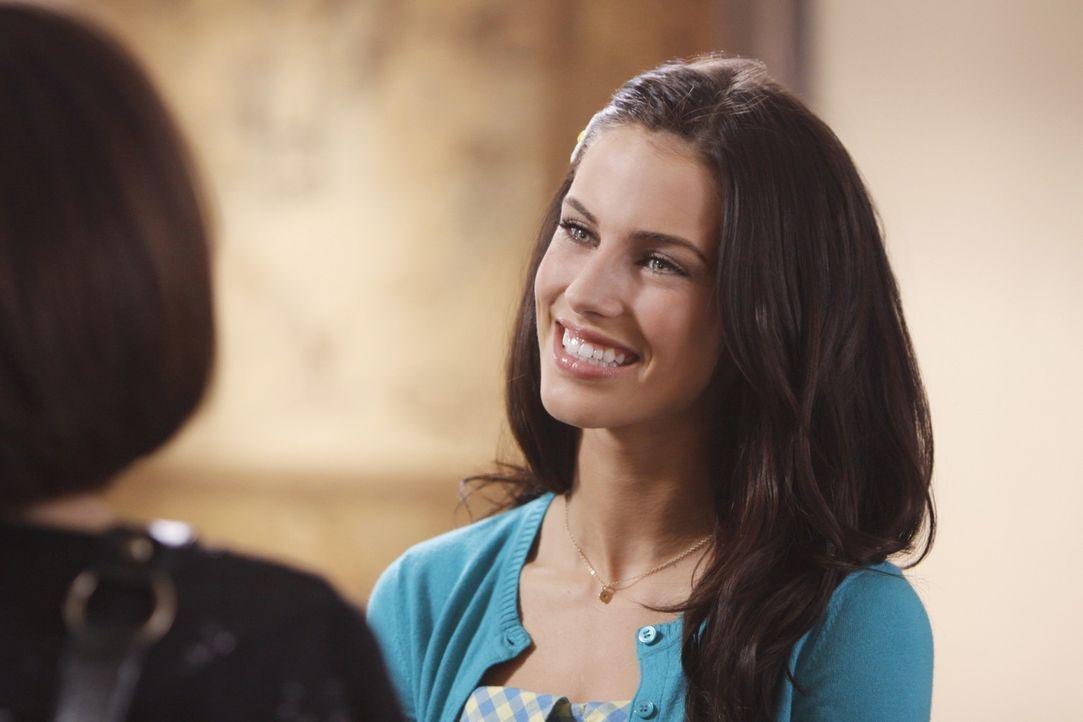 Adrianna (Jessica Lowndes, r.) ist froh, dass sie nich alleine zu dem AA-Treffen gehen muss - doch das Treffen wird für Silver viel unangenehmer al... - Bildquelle: TM &   CBS Studios Inc. All Rights Reserved