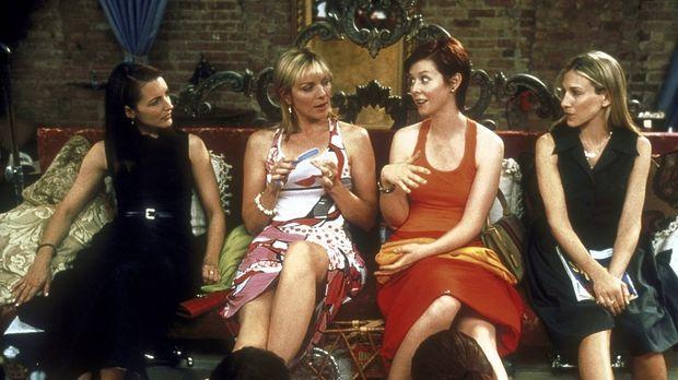 Bei ihrer wöchentlichen Pediküre haben die vier Freudinnen (v.l.n.r.) Charlot...