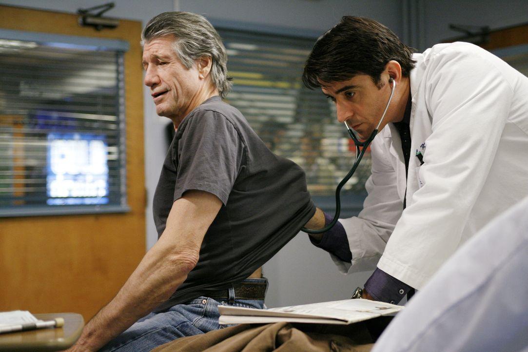 Eddie (Fred Ward, l.) wird von Luka (Goran Visnjic, r.) untersucht ... - Bildquelle: Warner Bros. Television