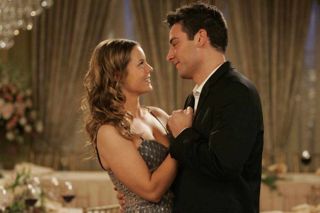 Ted (Josh Radnor, r.) muss nicht lange über den Vorschlag von Victoria (Ashley Williams, l.) nachdenken: Sie will eine aufregende Nacht mit ihm ver... - Bildquelle: 20th Century Fox International Television